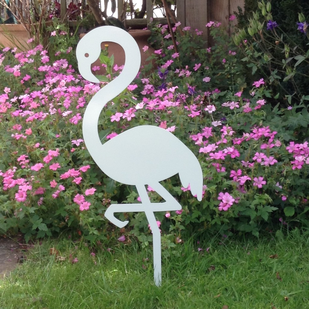 Metal flamingo garden ornament auradecor for Decorative garden accessories